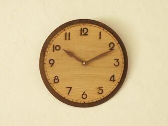古い時計の雰囲気の掛け時計の画像
