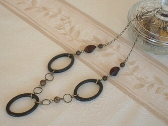 大ぶり楕円パーツとツイストウッドビーズのネックレスの画像