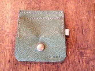 2色のコインケース(うぐいす色/白)の画像