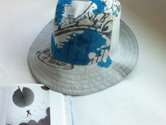 青いライオンのハイバック中折れ帽の画像
