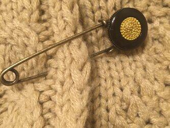 アンティークな黒ボタンのストールピンの画像