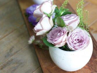 白い陶器の花器の画像