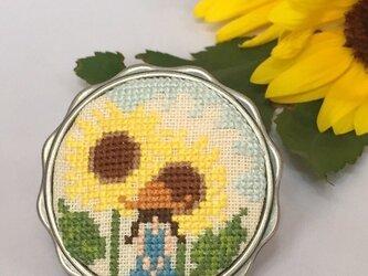 向日葵と女の子 刺繍ブローチの画像