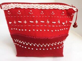 ビーズ刺繍をした赤フェルトのポーチの画像