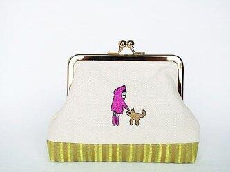 犬をなでるひと(ピンク)/刺繍がま口ポーチの画像