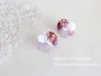 花火の余韻★スパンコール・真珠・ヨーロッパビーズの刺繍ピアスの画像