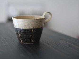 小鳥柄の上とってマグカップ(黒)の画像