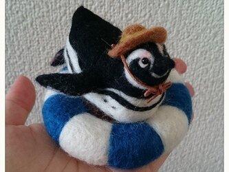 羊毛フェルト・浮き輪でくつろぐペンギンくんの画像