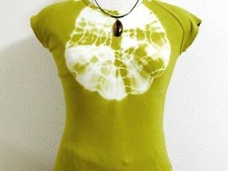 Tシャツ(胸元円絞り染・カーキ色)の画像