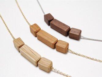 木のネックレス キューブの画像