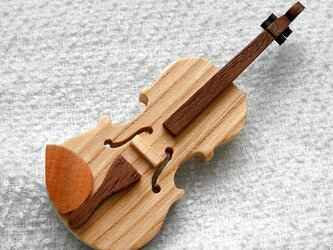 バイオリンのブローチ(セン材)の画像