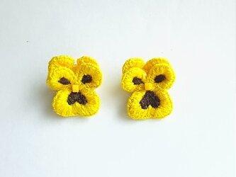 パンジーの立体刺繍イヤリング yellow×brownの画像