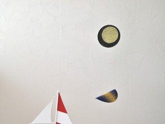 月光とヨットの画像