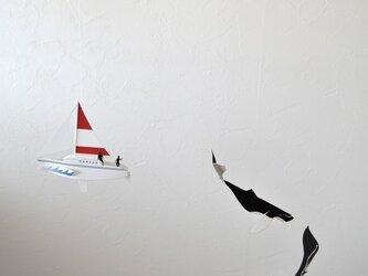 クジラとヨットの画像