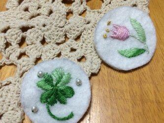 手刺繍ブローチ☆四つ葉のクローバーの画像