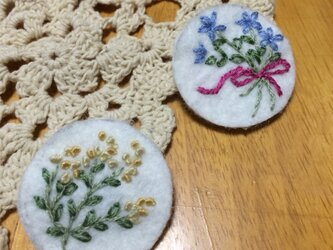 手刺繍ブローチ☆青い花束の画像