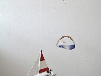 虹とヨットの画像