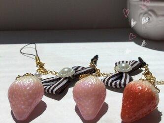 【送料無料】キラキラ苺のストラップ&イヤホンジャックの画像