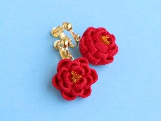 正絹 ほんわり椿のイヤリング 赤 つまみ細工の画像