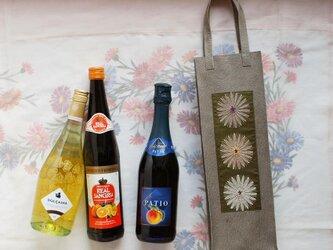 ワインのキャリーバッグ 型押し豚革×花刺繍3輪の画像