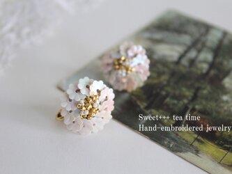 【sold】白菊の香り★フランス製ヴィンテージスパンコールの刺繍イヤリングの画像