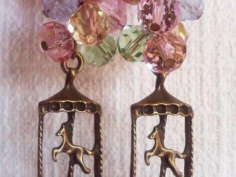 回転木馬とカラフルビーズのピアスの画像