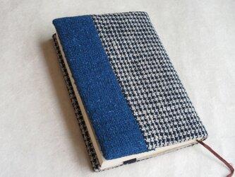 手織りの藍のふっくらブックカバーの画像