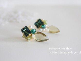 【sold】オリーブの光★ハニークォーツ・真珠・ペリドットの刺繍ピアスの画像