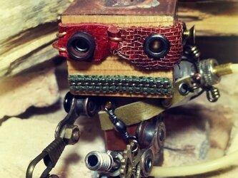 異世界の顔が変わる小さなロボット(座り) Woobotの画像