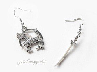 日本刀と鶴のフックピアス【イヤリング変更可】の画像