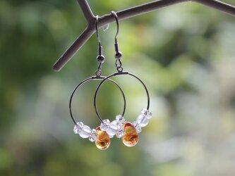 蜻蛉玉と水晶のフープピアス(橙)の画像