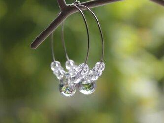 蜻蛉玉と水晶のフープピアス(虹色)の画像
