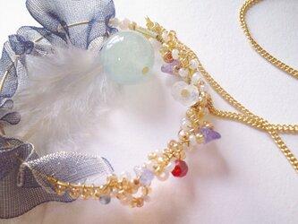 繊細で華やか、フェザーとダブルフリルのビーズネックレスの画像