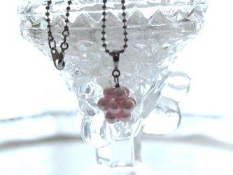 クールなピンクパールの、お守りネックレスの画像