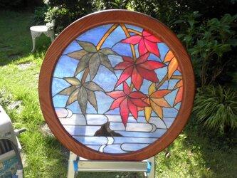 円形ステンドパネル(秋の烏帽子岩)の画像
