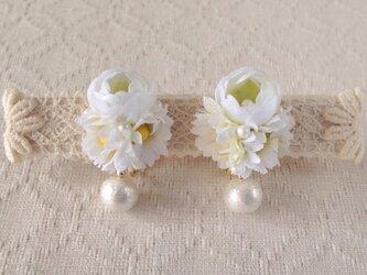 染め花とコットンパールのイヤリング(ホワイト×グリーン)の画像