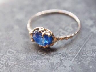 綺麗な透き通る海色カイヤナイトのリングの画像