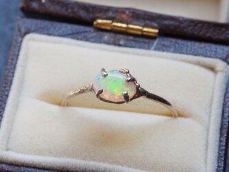 グリーンの輝きオパールのリングの画像
