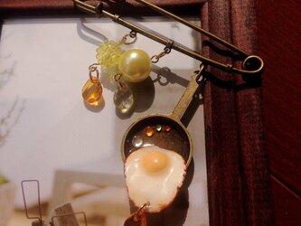 目玉焼きブローチの画像