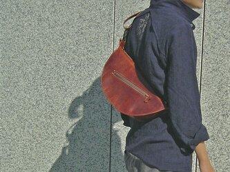 半円型の手縫いショルダーバッグの画像