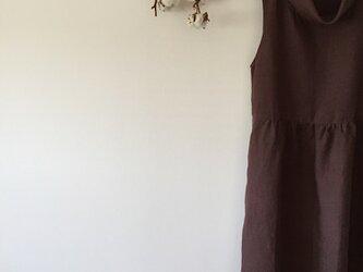 リネンのロールネックワンピース(パープルブラウン)の画像