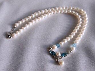 本真珠と青いスワロフスキーのネックレスの画像