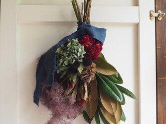 タイサンボクとスモークツリーのスワッグの画像