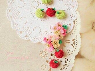 赤い姫リンゴのイヤーカフ(左耳用)☆レース編みの画像