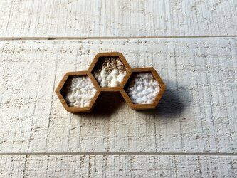 木と裂き織りのブローチ 六角三03の画像
