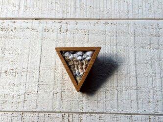 木と裂き織りのブローチ 三角02の画像