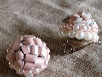 淡いピンクの革とパールのイヤリングの画像