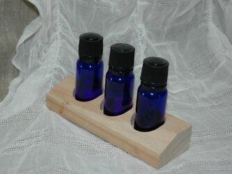 楠(くす) 3本用-02 小物入れ アロマオイルスタンド 精油ディスプレイ用 木製トレイの画像