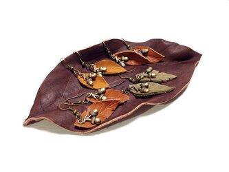 革の葉っぱとどんぐりのピアスの画像