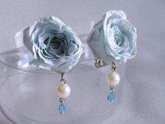 青いバラのイヤリングの画像